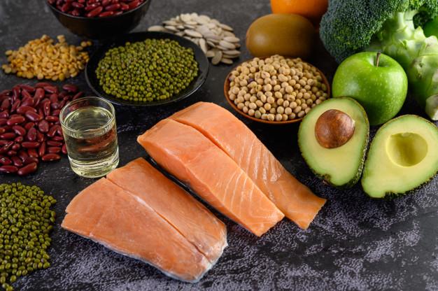 Apoyo visual a los alimentos proteicos esenciales descritos en el texto.